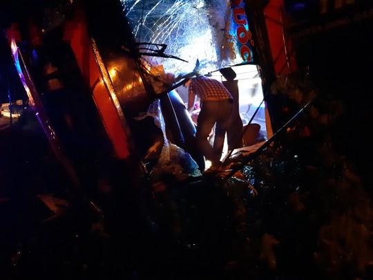 Xe khách lật trong đêm, hàng chục người thương vong - Ảnh 3.
