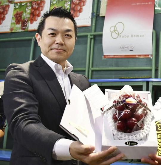Chùm nho 250 triệu đồng, nhà giàu Việt mua 1 quả về ăn thử - Ảnh 1.