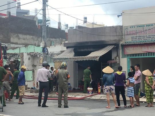 Lửa bao trùm kèm tiếng hét thất thanh trong quán cơm trên đường Phạm Văn Bạch - Ảnh 2.