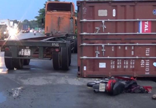 Thùng container lật, đè lên người đi xe máy ở KCN Sóng Thần - Ảnh 1.