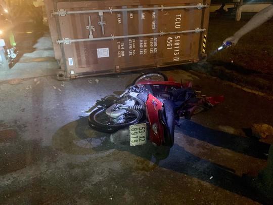 Thùng container lật, đè lên người đi xe máy ở KCN Sóng Thần - Ảnh 2.