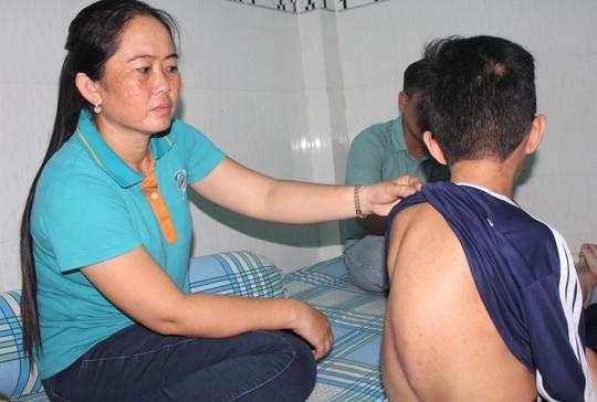 Rơi nước mắt với nam sinh bệnh xương thủy tinh mơ làm dược sĩ - Ảnh 2.