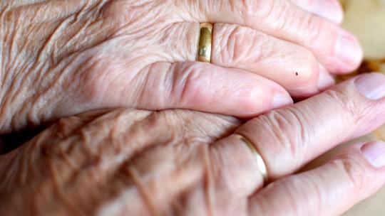Chuyện tình đẹp lạ lùng: Sống chung 71 năm, mất cùng ngày - ảnh 1