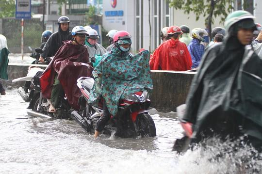 Hình ảnh ấn tượng trên đường Phạm Văn Đồng trong trận mưa lịch sử - ảnh 8