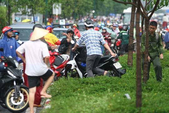 Hình ảnh ấn tượng trên đường Phạm Văn Đồng trong trận mưa lịch sử - ảnh 6