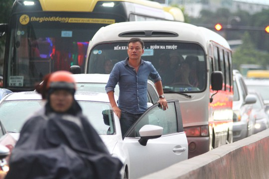 Hình ảnh ấn tượng trên đường Phạm Văn Đồng trong trận mưa lịch sử - ảnh 7