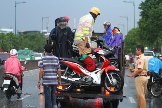 Hình ảnh ấn tượng trên đường Phạm Văn Đồng trong trận mưa lịch sử - ảnh 9