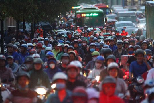 Hình ảnh ấn tượng trên đường Phạm Văn Đồng trong trận mưa lịch sử - ảnh 10