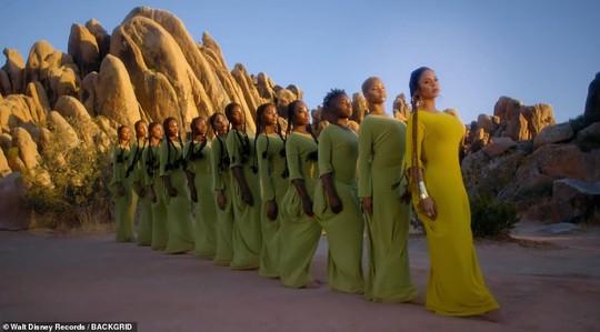 Ong chúa Beyonce được ngợi khen với thời trang sặc sỡ - Ảnh 14.
