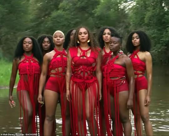 Ong chúa Beyonce được ngợi khen với thời trang sặc sỡ - Ảnh 13.