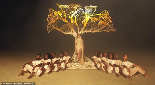 Ong chúa Beyonce được ngợi khen với thời trang sặc sỡ - Ảnh 9.