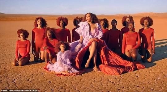 Ong chúa Beyonce được ngợi khen với thời trang sặc sỡ - Ảnh 4.
