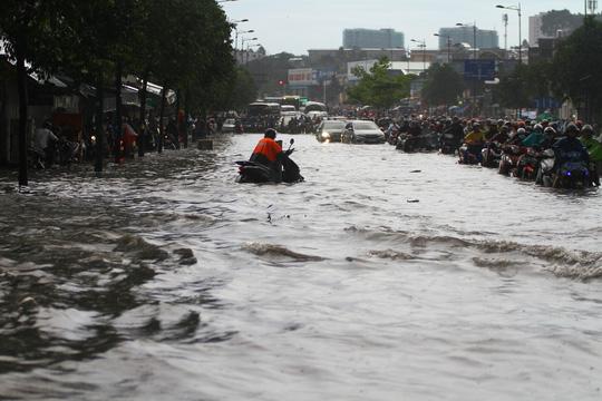 Hình ảnh ấn tượng trên đường Phạm Văn Đồng trong trận mưa lịch sử - ảnh 1