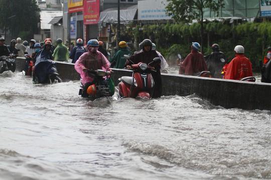 Hình ảnh ấn tượng trên đường Phạm Văn Đồng trong trận mưa lịch sử - ảnh 2