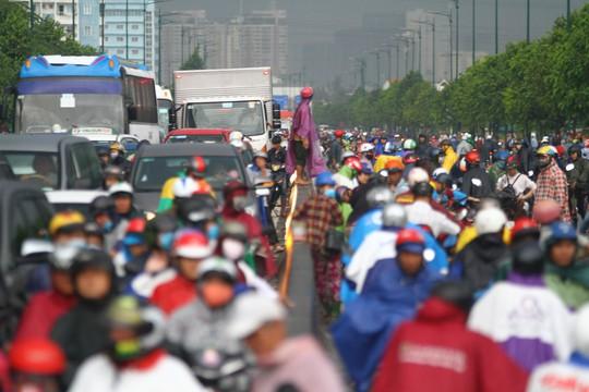 Hình ảnh ấn tượng trên đường Phạm Văn Đồng trong trận mưa lịch sử - ảnh 5