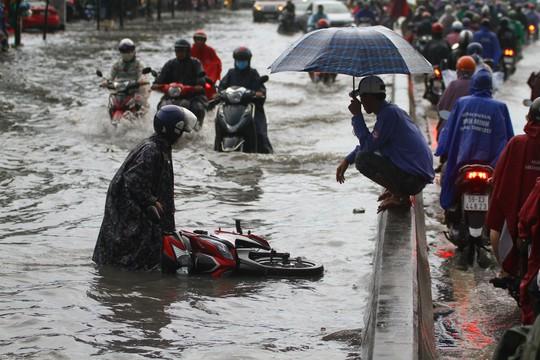 Hình ảnh ấn tượng trên đường Phạm Văn Đồng trong trận mưa lịch sử - ảnh 4
