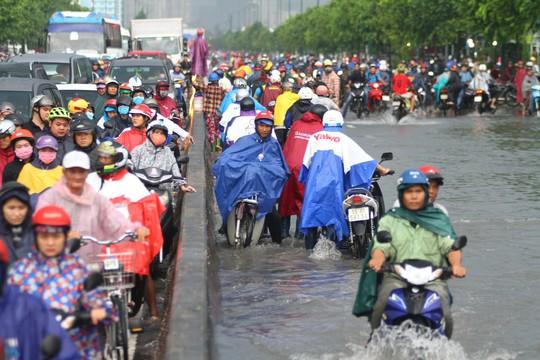 Hình ảnh ấn tượng trên đường Phạm Văn Đồng trong trận mưa lịch sử - ảnh 3