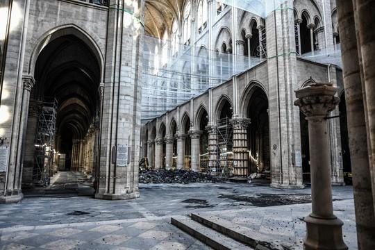 Nhà thờ Đức Bà Paris vẫn chưa đủ an toàn để được trùng tu - Ảnh 4.