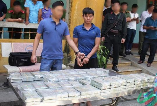 Bat vu van chuyen 100 banh heroin tren xe hop