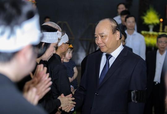 Thủ tướng Nguyễn Xuân Phúc tiễn biệt giáo sư Hoàng Tụy - Ảnh 10.