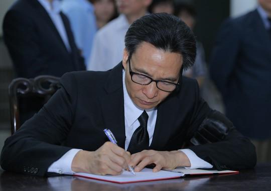 Thủ tướng Nguyễn Xuân Phúc tiễn biệt giáo sư Hoàng Tụy - Ảnh 13.