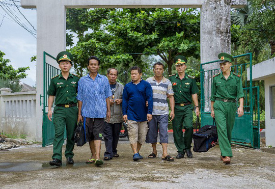 Tàu cá Việt Nam cứu 4 người nước ngoài trên con tàu đang trôi dạt và chìm dần - ảnh 1