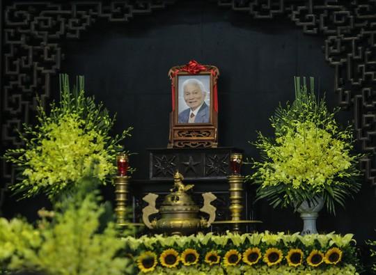 Thủ tướng Nguyễn Xuân Phúc tiễn biệt giáo sư Hoàng Tụy - Ảnh 3.