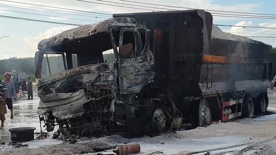 Vụ xe ben và xe bồn bốc cháy sau va chạm: Thương tâm bé 6 tuổi tử vong trong cabin cùng cha - Ảnh 1.