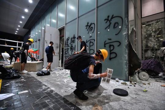 Trưởng đặc khu Hồng Kông tức giận vì người dân lại biểu tình - Ảnh 3.