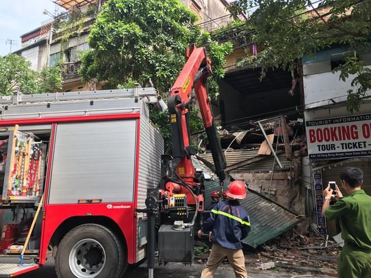 Nhà phố cổ ở Hà Nội bất ngờ đổ sập - Ảnh 7.