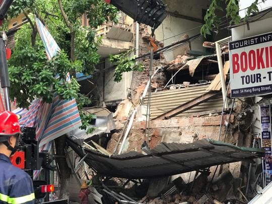 Nhà phố cổ ở Hà Nội bất ngờ đổ sập - Ảnh 9.