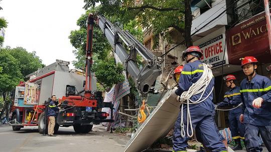 Nhà phố cổ ở Hà Nội bất ngờ đổ sập - Ảnh 4.