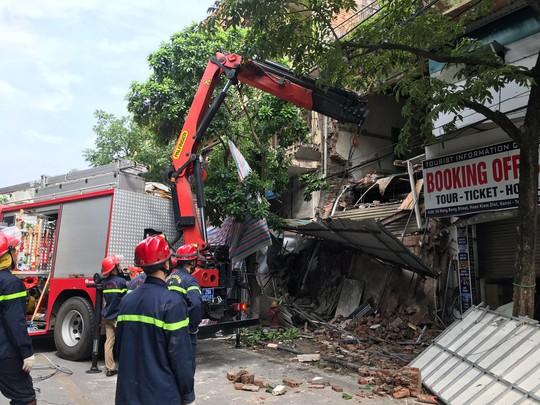 Nhà phố cổ ở Hà Nội bất ngờ đổ sập - Ảnh 10.