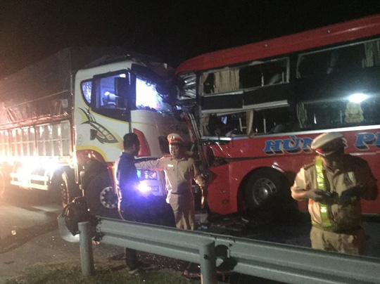Vụ xe khách tông xe tải: Kính văng tứ tung, trẻ em khóc thét - ảnh 3