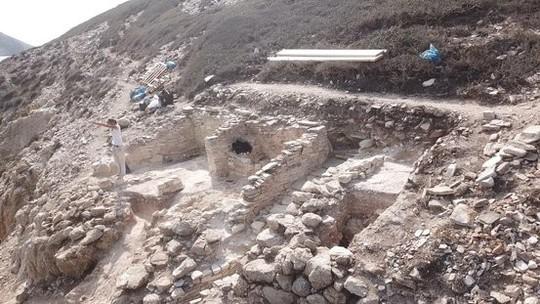 Cận cảnh kim tự tháp 4.600 năm nổi giữa biển Hy Lạp - Ảnh 2.