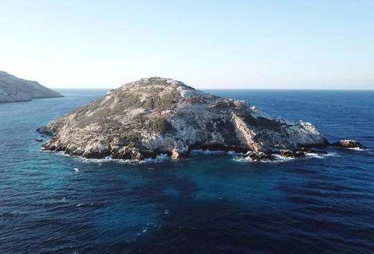 Cận cảnh kim tự tháp 4.600 năm nổi giữa biển Hy Lạp - Ảnh 8.