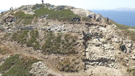 Cận cảnh kim tự tháp 4.600 năm nổi giữa biển Hy Lạp - Ảnh 9.