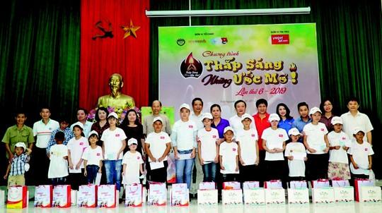 Hàng ngàn trẻ em miền núi nhận học bổng - Ảnh 1.