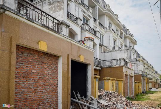 Hàng trăm căn biệt thự hiện đại kiểu Pháp bị bỏ hoang 12 năm - Ảnh 7.