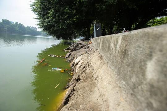 Bờ kè quanh hồ Gươm sụt lún đã nhiều năm nhưng chưa được khắc phục - ảnh 2