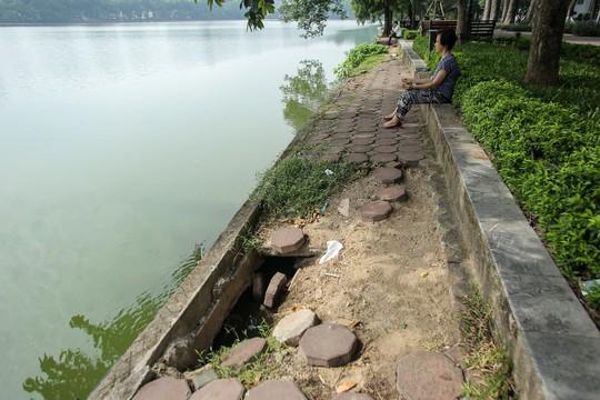 Bờ kè quanh hồ Gươm sụt lún đã nhiều năm nhưng chưa được khắc phục - ảnh 8