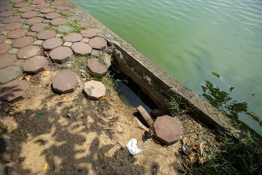 Bờ kè quanh hồ Gươm sụt lún đã nhiều năm nhưng chưa được khắc phục - ảnh 4