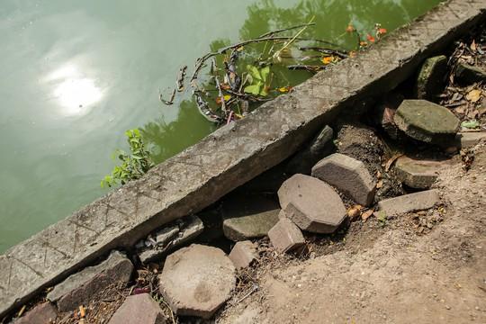 Bờ kè quanh hồ Gươm sụt lún đã nhiều năm nhưng chưa được khắc phục - ảnh 5
