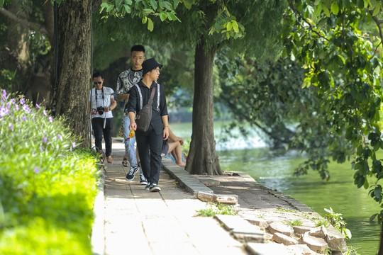 Bờ kè quanh hồ Gươm sụt lún đã nhiều năm nhưng chưa được khắc phục - ảnh 7
