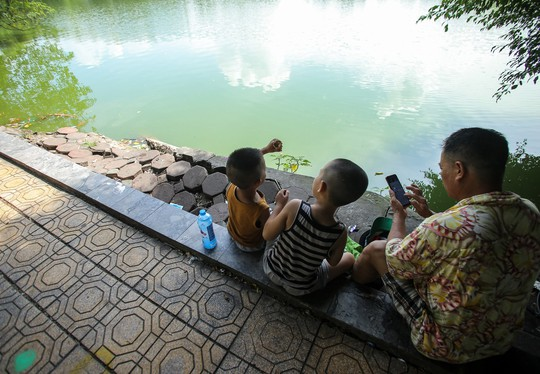 Bờ kè quanh hồ Gươm sụt lún đã nhiều năm nhưng chưa được khắc phục - ảnh 1