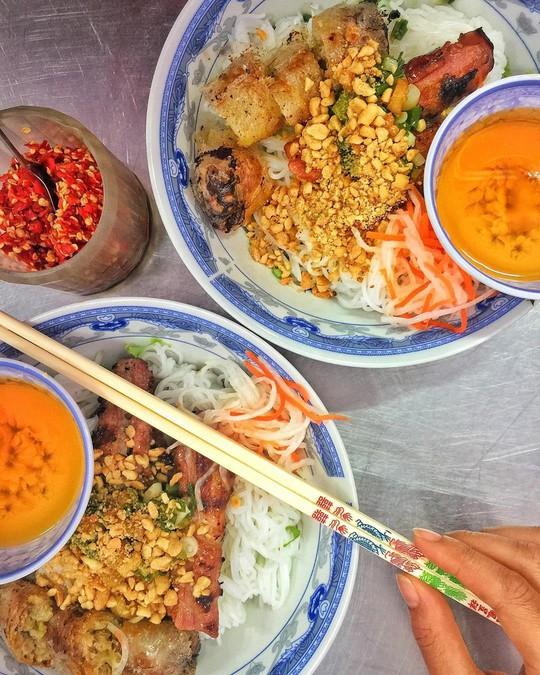 Truy lùng 6 khu ẩm thực về đêm ở TP HCM - Ảnh 1.