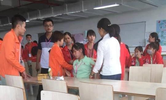Hàng chục nữ công nhân bất ngờ tụt huyết áp ngất xỉu - Ảnh 2.