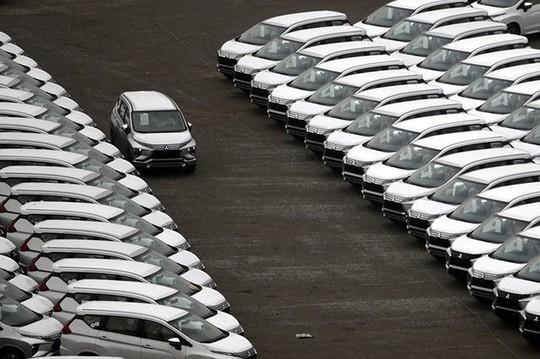Hàng ngoại về ồ ạt, nội địa dư thừa lắp ráp, ôtô giảm giá tận cùng - Ảnh 1.