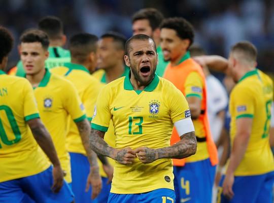 Vô địch Copa America 2019, Dani Alves đi vào ngôi đền huyền thoại - Ảnh 2.