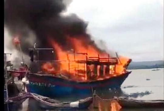 Tàu cá hơn 1 tỉ đồng bốc cháy dữ dội khi đang sửa chữa - Ảnh 1.